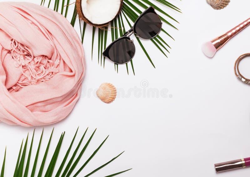 Женственные аксессуары лета на белой предпосылке стоковая фотография rf