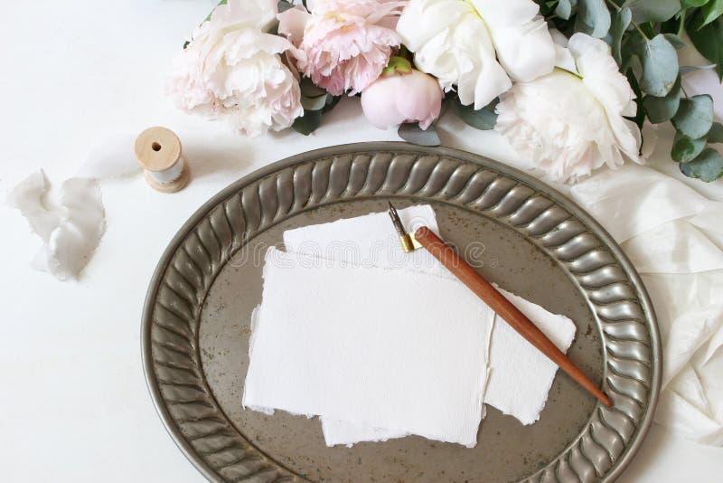 Женственный состав свадьбы или таблицы дня рождения с флористическим букетом Белые и розовые пионы цветут, евкалипт, старый стоковые изображения