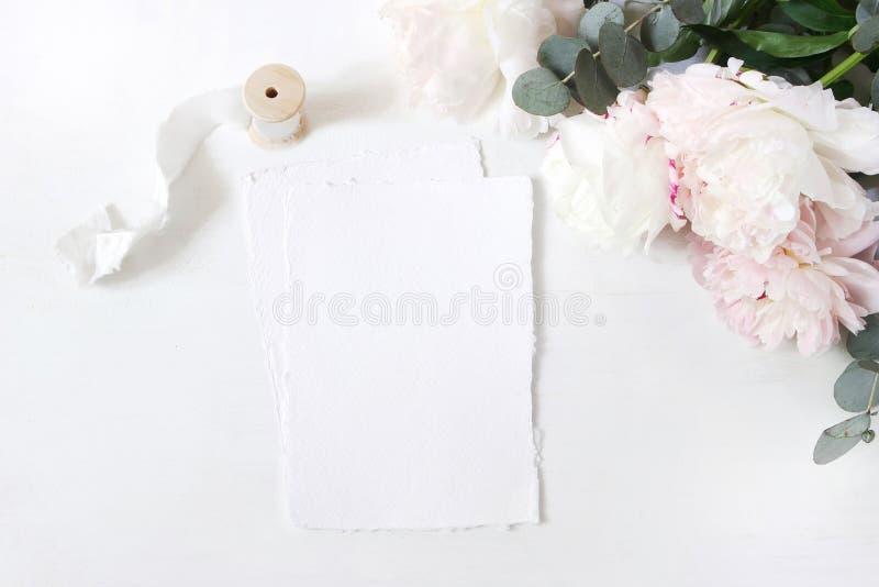 Женственный состав свадьбы или таблицы дня рождения с флористическим букетом Белые и розовые цветки пионов, евкалипт и шелк стоковое фото