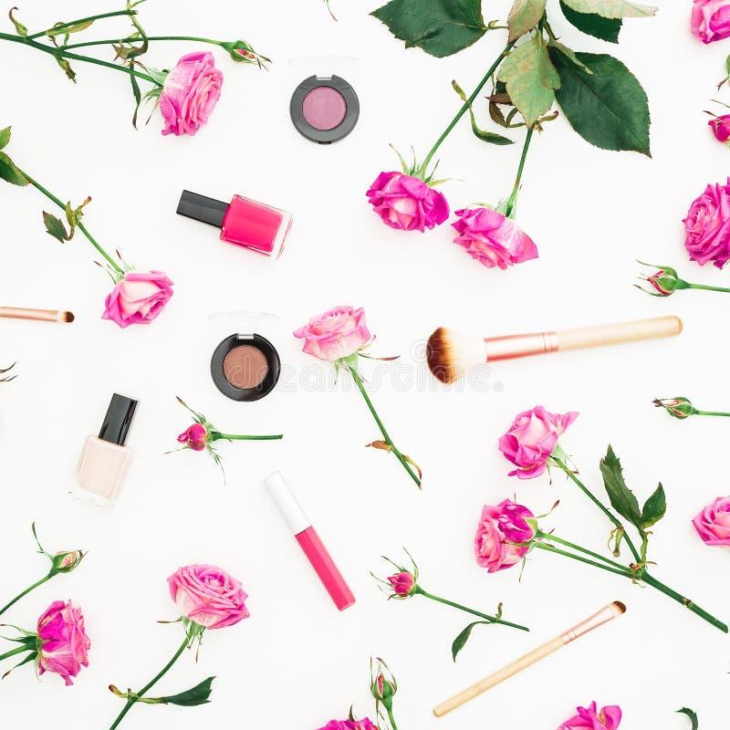 Женственный состав с розовыми розами и косметиками на белой предпосылке Концепция красоты с цветками Плоское положение, взгляд св стоковые фотографии rf