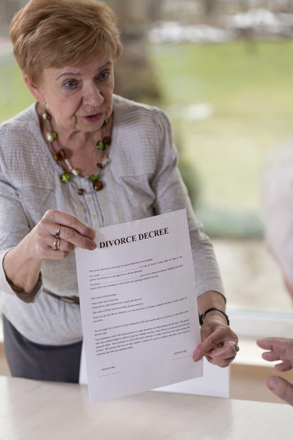 Женщина давая бумагу развода супруга стоковые изображения