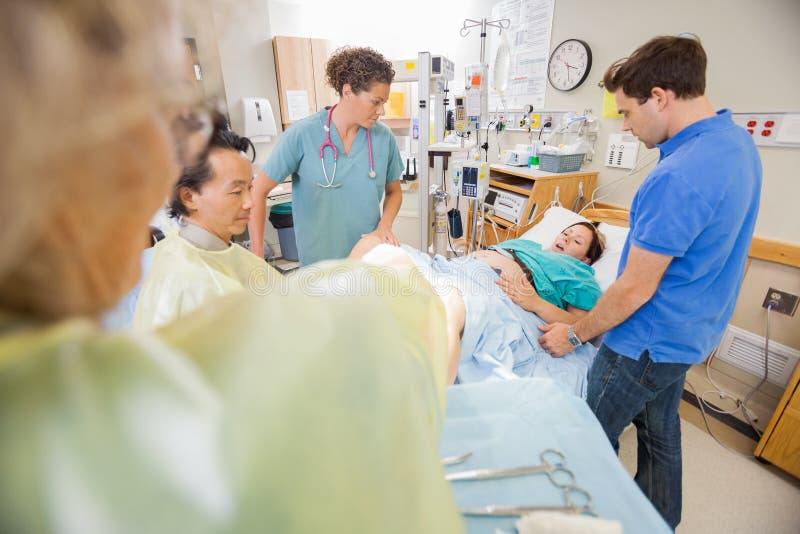 Женщина давая рождение в больнице стоковое изображение