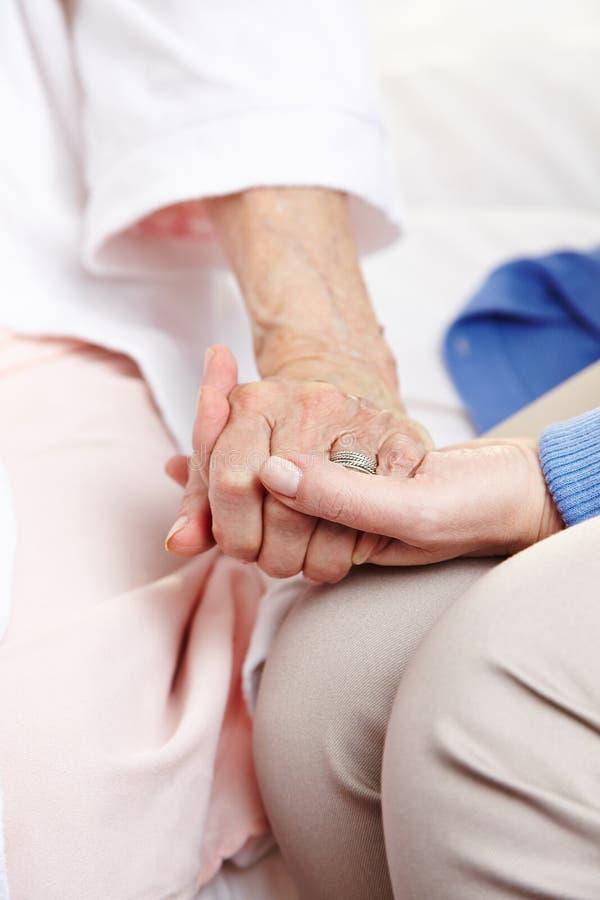 Женщина давая соболезнование к старшию стоковое изображение rf