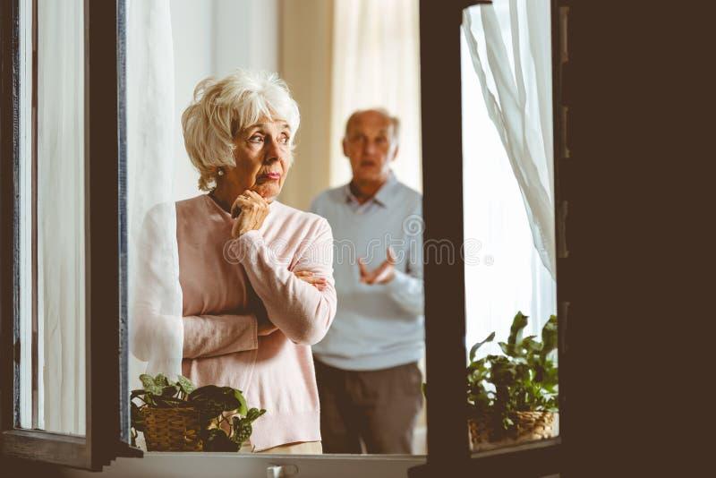 Женщина давая супругу молчаливую обработку стоковое изображение
