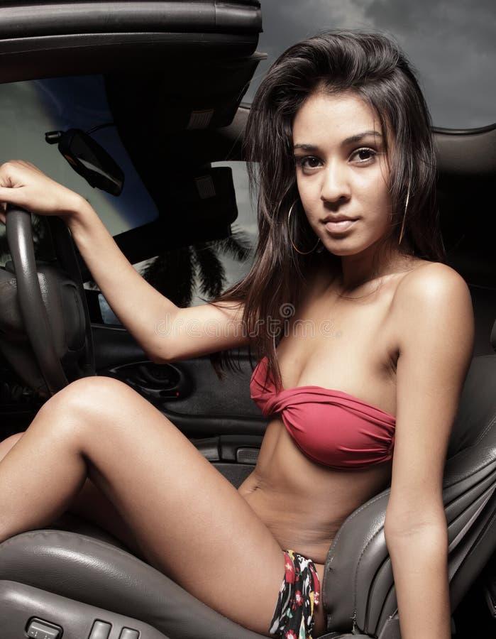 женщина автомобиля бикини сидя стоковые фото