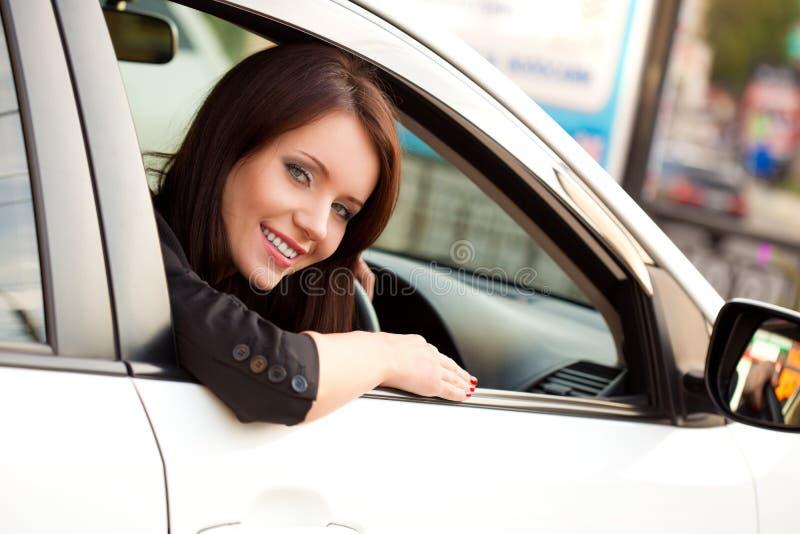 женщина автомобиля счастливая стоковые изображения rf