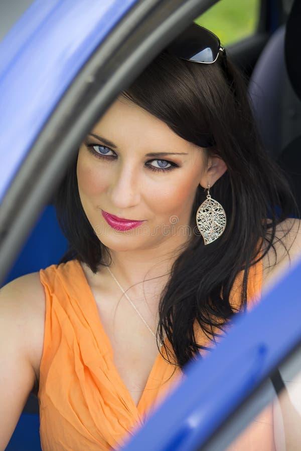 женщина автомобиля милая стоковые фото