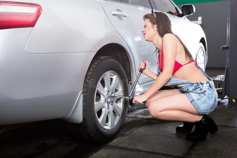 Женщина автошины обслуживая стоковая фотография