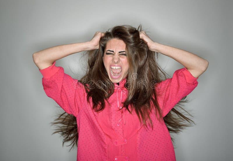 женщина агрессивныйого брюнет кричащая стоковая фотография rf