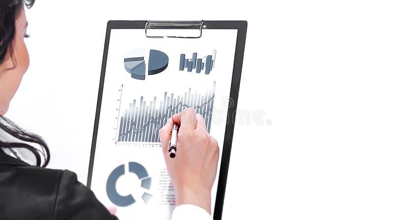 Женщина административного вопроса проверяя финансовые документы r стоковая фотография rf