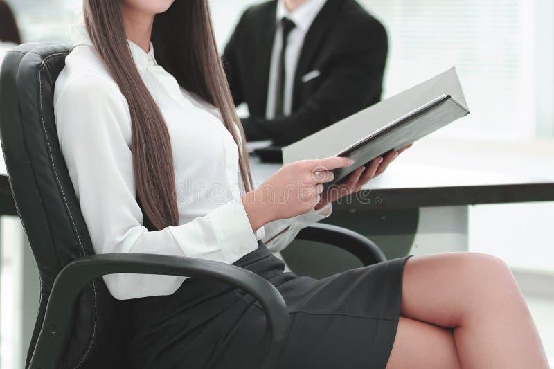 Женщина административного вопроса с офисом доски сзажимом для бумаги современным стоковое изображение