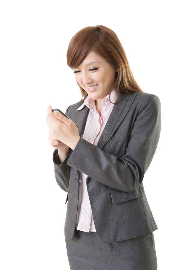 Женщина азиата используя умный телефон стоковое изображение