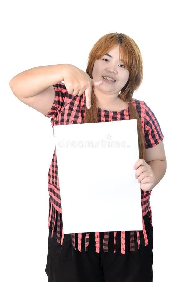 Женщина азиата толстенькая стоя с пустым вертикальным чистым листом бумаги в ha стоковые изображения rf