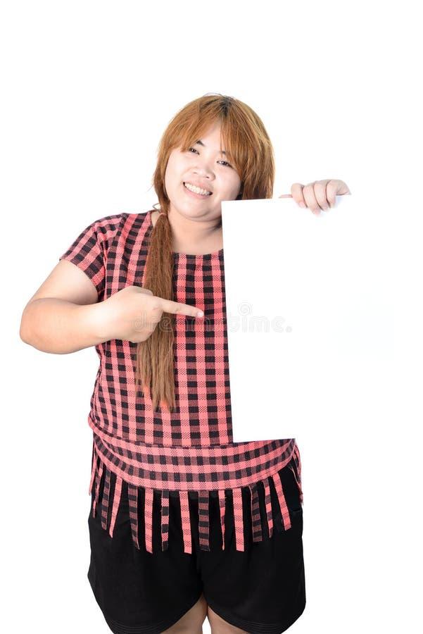 Женщина азиата толстенькая стоя с пустым вертикальным чистым листом бумаги в ha стоковое фото rf