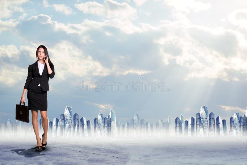 женщина азиатской коммерсантки предпосылки кавказская изолировала белизну костюма гонки телефона смешанной модели ся говоря иллюстрация штока