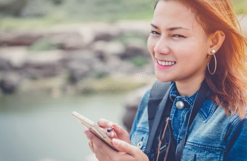 Женщина Азии используя сотовый телефон стоковое изображение rf