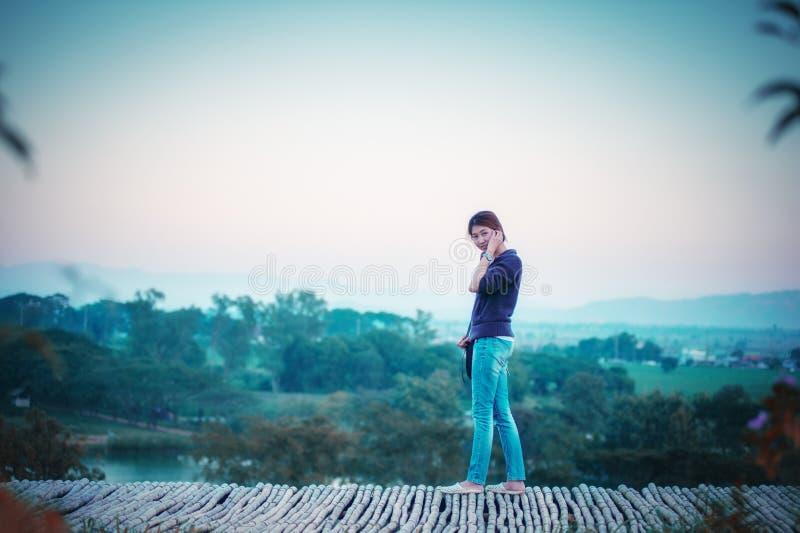Женщина Азии представляя на точке зрения с mountrain стоковое фото