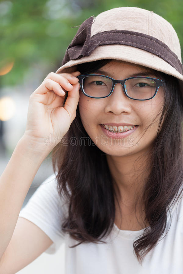 Женщина Азии утехи и улыбки стоковое изображение rf