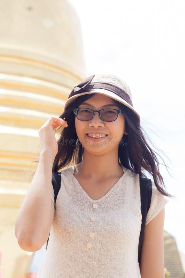 Женщина Азии утехи и улыбки стоковое фото