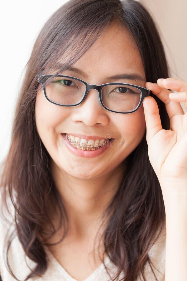 Женщина Азии утехи и улыбки стоковая фотография