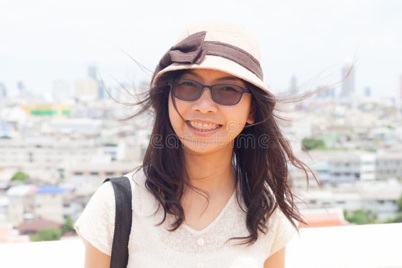 Женщина Азии утехи и улыбки стоковое фото rf