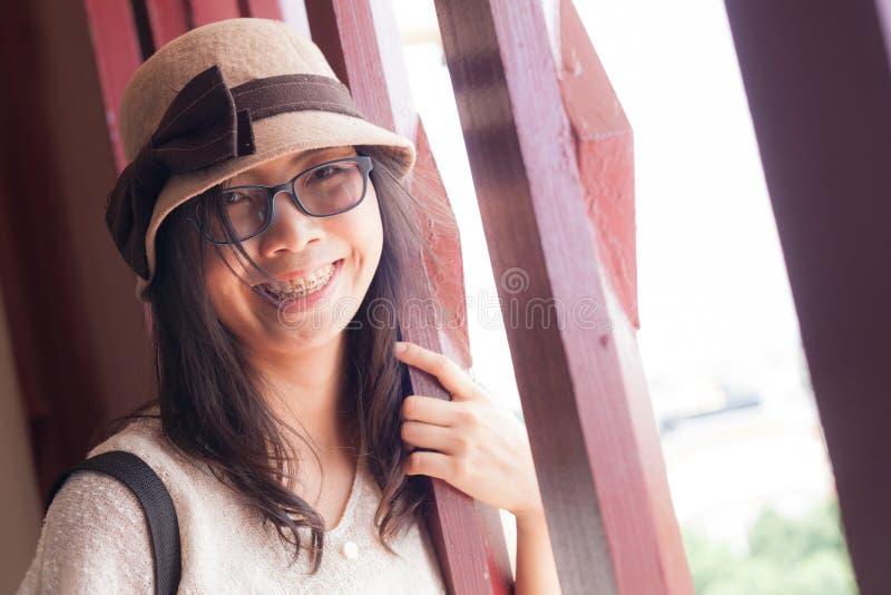 Женщина Азии утехи и улыбки стоковая фотография rf
