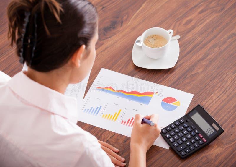 Женщина анализируя финансовые данные стоковые фотографии rf