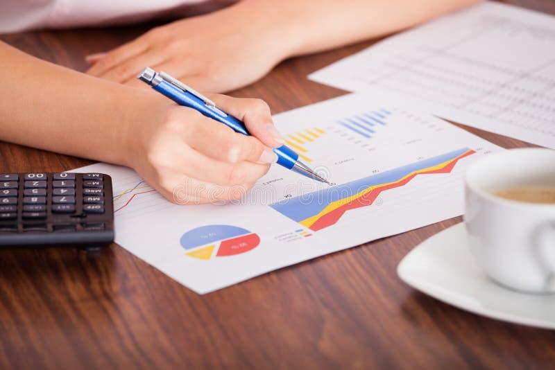 Женщина анализируя финансовые данные стоковые изображения rf