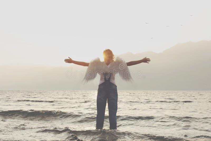 Женщина ангела с открытым посыльным оружий свободы и уважения для природы стоковая фотография rf
