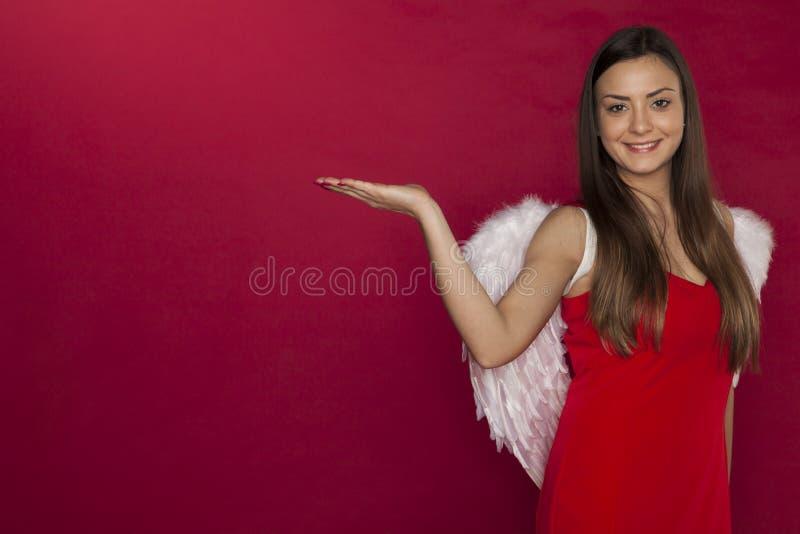 Женщина Анджела, красивые белые крыла и космос экземпляра над ладонью стоковые фотографии rf