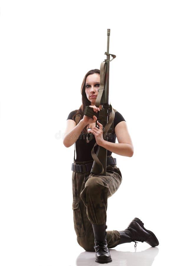 Женщина армии с девушкой пушки с пластмассой винтовки стоковые изображения rf