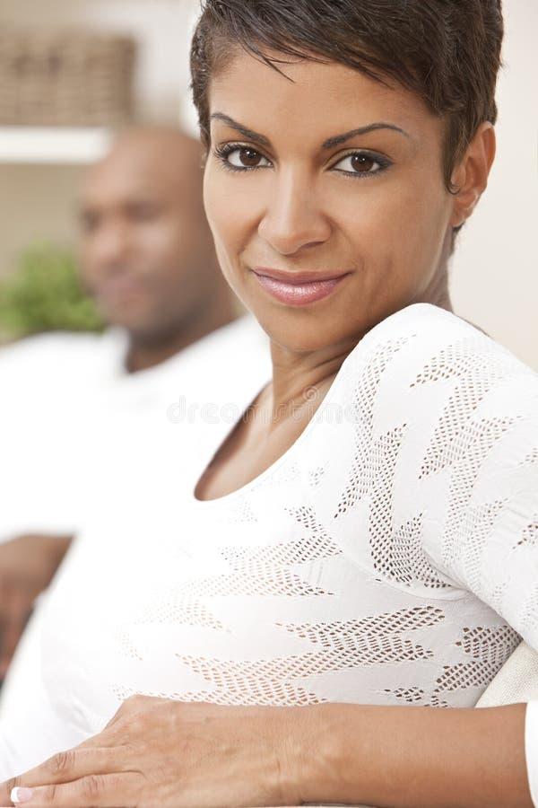 женщина афроамериканца счастливая домашняя сидя стоковые изображения rf