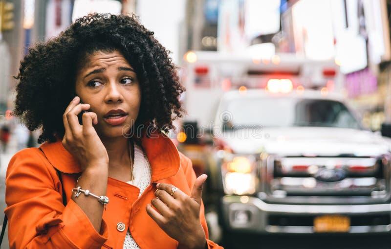 Женщина Афро американская вызывая 911 в Нью-Йорке стоковые изображения rf
