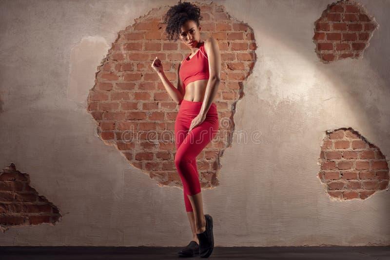 Женщина Афро после разминки спортзала стоковая фотография