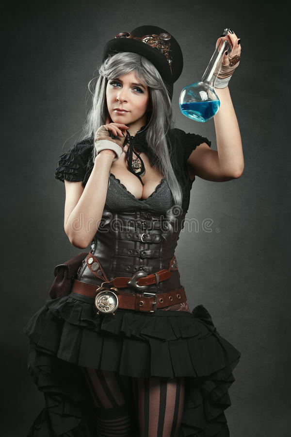 Женщина алхимика Steampunk с зельем стоковое изображение rf