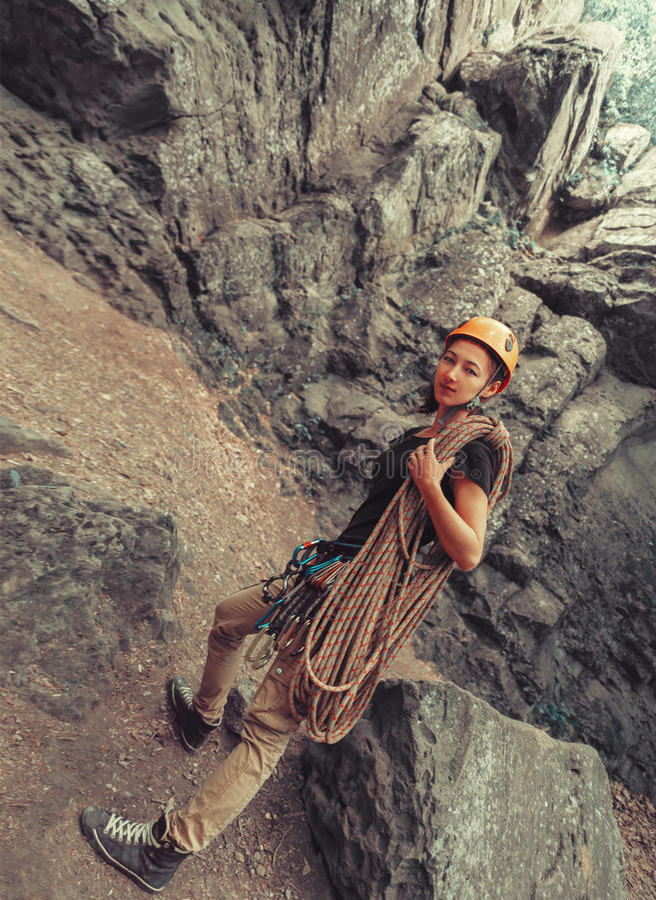 Женщина альпиниста стоя с взбираясь оборудованием стоковое изображение