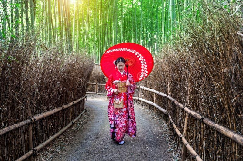 Женщина бамбукового леса азиатская нося японское традиционное кимоно на бамбуковом лесе в Киото, Японии стоковое изображение rf
