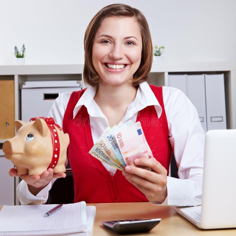 женщина банка piggy выигрывая стоковые фотографии rf