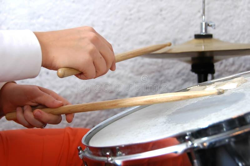 женщина барабанщика действия стоковое фото