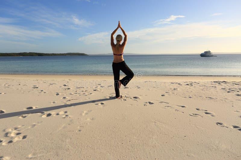 Женщина балансируя на одном представлении йоги ноги стоковые изображения rf