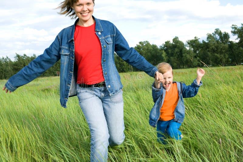 женщина бега поля ребенка стоковые фото