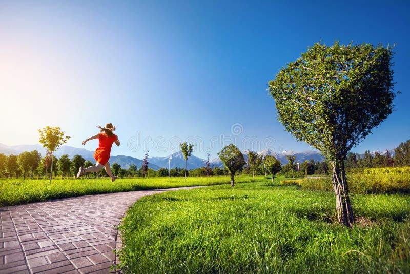 Женщина бежать в сюрреалистическом саде стоковое фото rf