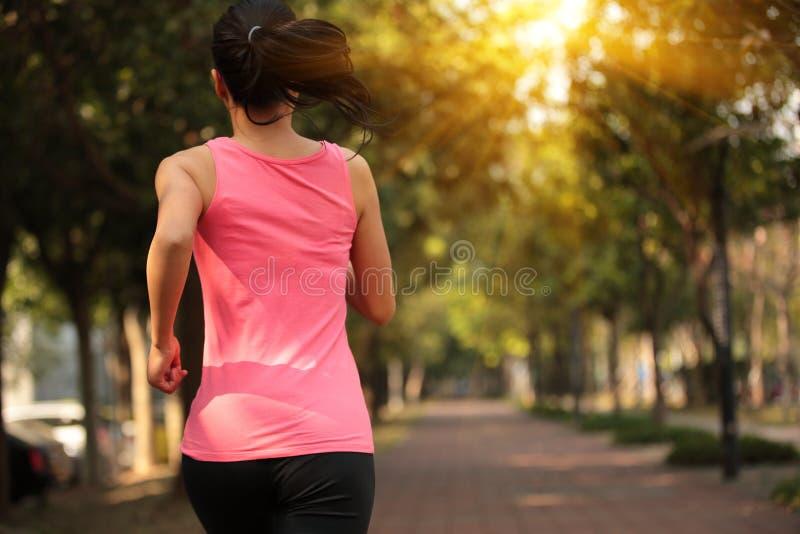 Женщина бежать на городе стоковое изображение