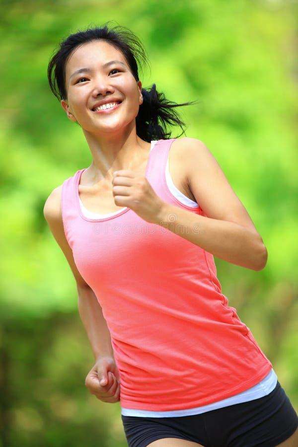Download Женщина бежать на парке стоковое фото. изображение насчитывающей green - 33734710