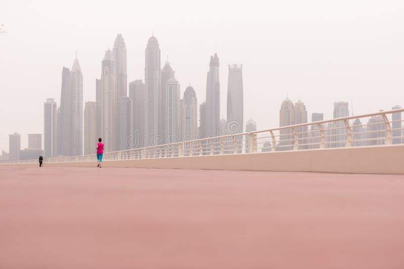 Женщина бежать на прогулке стоковые изображения