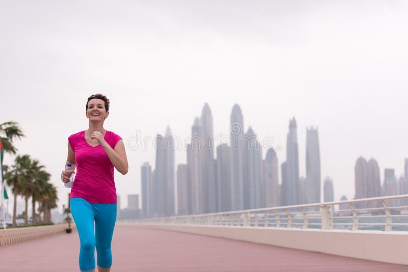 Женщина бежать на прогулке стоковое фото