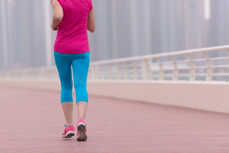 Женщина бежать на прогулке стоковые фотографии rf