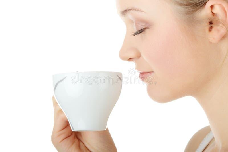 женщина белокурого кофе выпивая стоковое изображение
