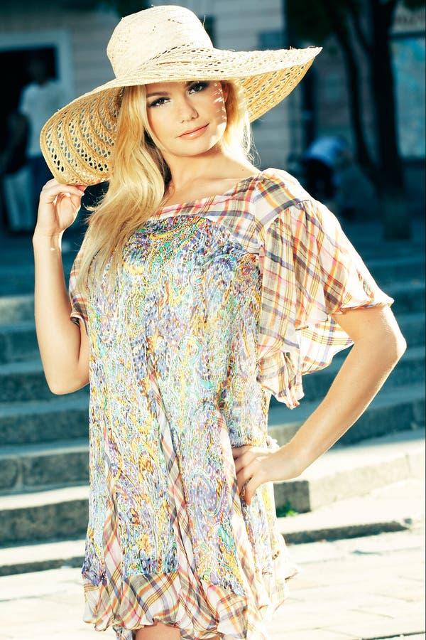 женщина белокурого солнца шлема нося стоковая фотография rf