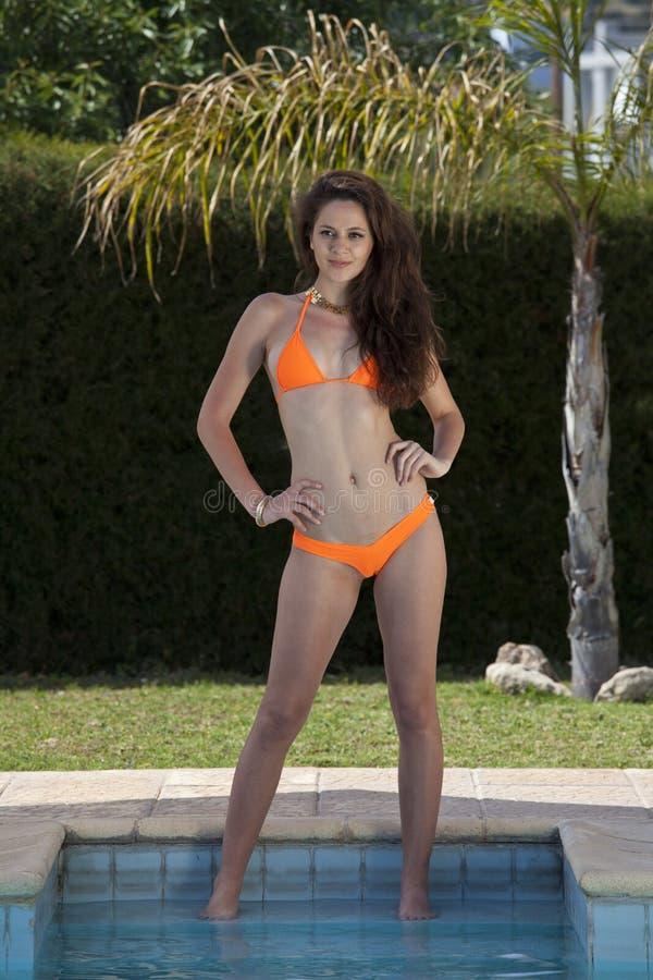 Женщина бикини бассейном стоковые изображения